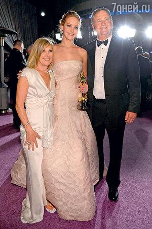 Дженнифер Лоуренс с  родителями Карен и Гэри