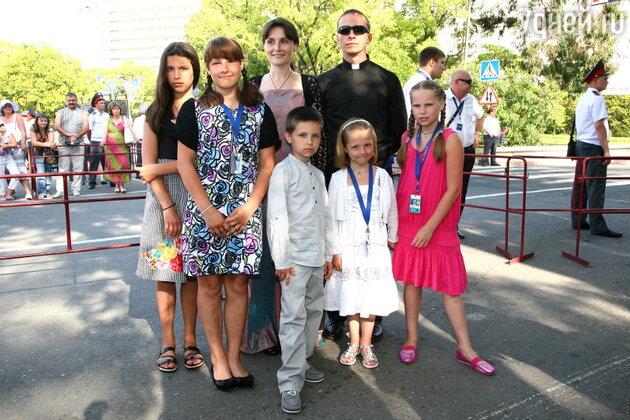 Иван Охлобыстин с женой Оксаной и детьми