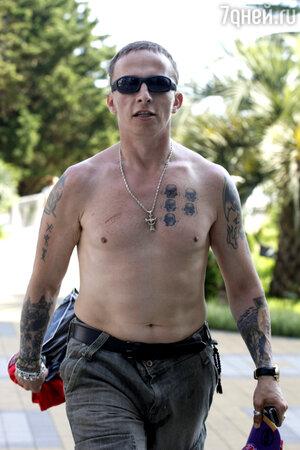 «Меня потом часто спрашивали: «Что твои татуировки означают?» — полагая, что в них заключен какой-то великий смысл. Приходилось разочаровывать: ничего они не означают. Это просто позиция определенного периода жизни»