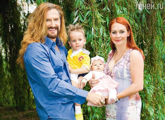 Счастливые супруги со своими детьми Мик-Анжелем и Эвой-Владой