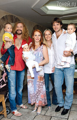В ресторане после крещения со своими друзьями — Марией Бутырской, ее мужем Вадимом и их дочерью Александрой