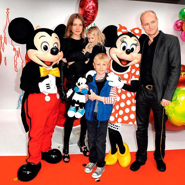 Наталья Водянова с дочкой Невой, сыном Лукасом и бывшим мужем лордом Портманом