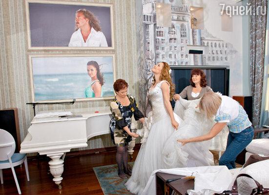 ...а вот Юле надевать платье с огромной юбкой помогали сразу несколько человек (слева ее мама Людмила Ивановна)