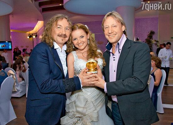 Тематический подарок от Дмитрия Харатьяна  — яйцо работы известных ювелиров с фигурками жениха и невесты