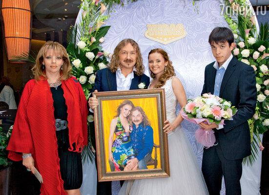 Екатерина Рождественская и ее сын Дмитрий преподнесли Игорю и Юле их портрет из фотосессии для «7Д»