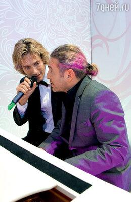 Еще один неожиданный дуэт вечера. Известному датскому певцу Томасу Н'эвергрину аккомпанирует Леонид Агутин