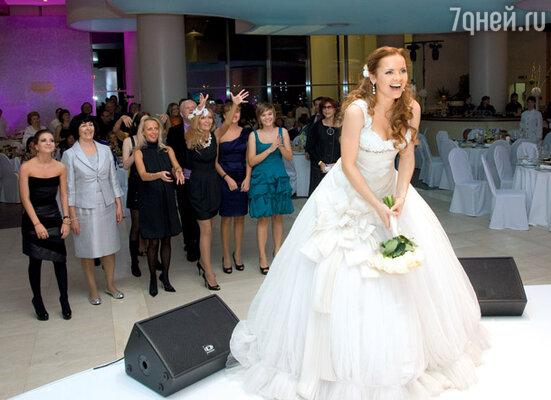 Битва за букет невесты...