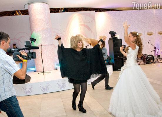 Алла Пугачева сразу задала тон этой свадьбе — веселиться всем!!!