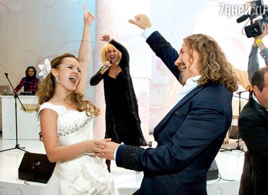 «Сегодня песню «Свадебные цветы» в нашу честь поет сама Ирина Аллегрова — да разве я могла когда-то мечтать об этом?!»