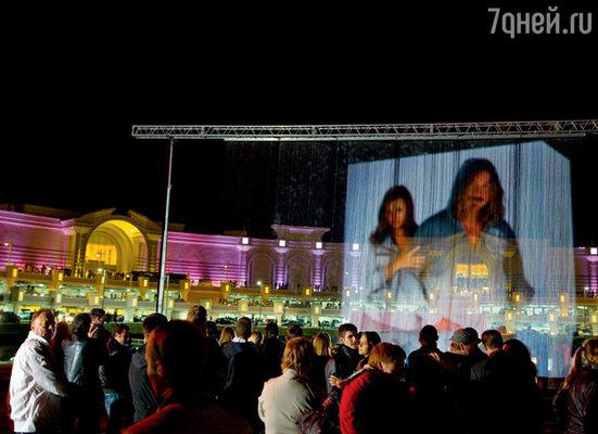 Уникальное трехмерное шоу фонтанов стало главным сюрпризом Игоря Николаева для молодой жены. Центральная площадка у входа ТРЦ VEGAS.