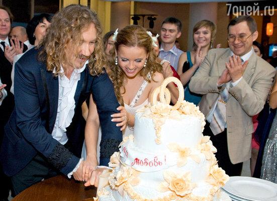 Свадебный торт украсила строка из песни Николаева — «Одна надежда на любовь». Кондитерская «Сладкий подарок».