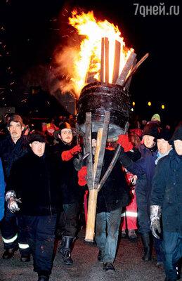 В Шотландии в главную ночь года сжигают бочки с дегтем, чтобы отпугнуть злых духов