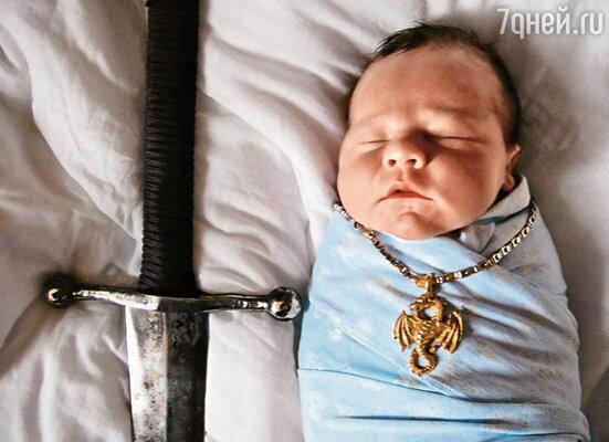Новорожденный Савва с любимыми папиными игрушками - мечом и золотым драконом