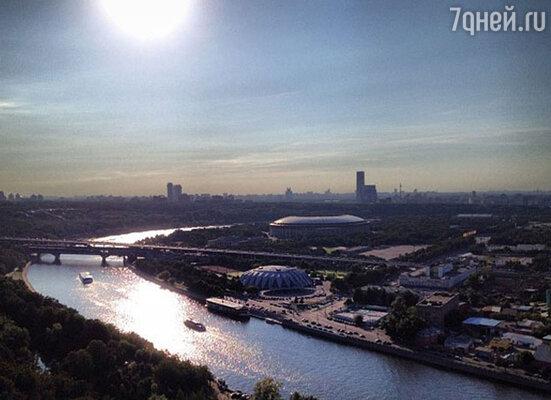 «Еду по Москве на велосипеде — столько впечатлений...», - написал певец.