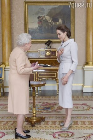 Анджелина Джоли получает Большой крест ордена святого Михаила и святого Георгия из рук Елизаветы II