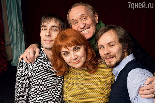 Вячеслав Спесивцев с женой Лелей и  сыновьями — Василием и Семеном