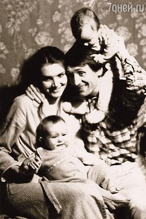 Вячеслав Спесивцев с женой Еленой и сыновьями