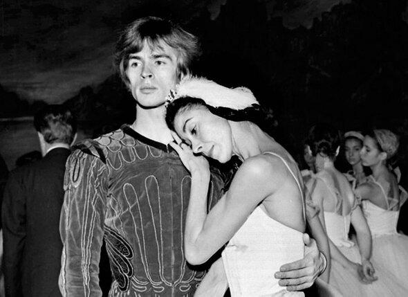 Нуреев мне как-то сказал: «Марго — женщина моей жизни, я должен был бы на ней жениться». На снимке: Р. Нуреев и М. Фонтейн в сцене из балета «Лебединое озеро», 1963 г.