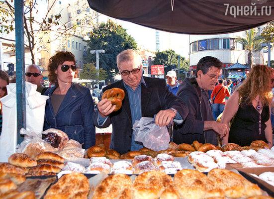 Дирижер Георгий Гаранян на рынке Тель-Авива