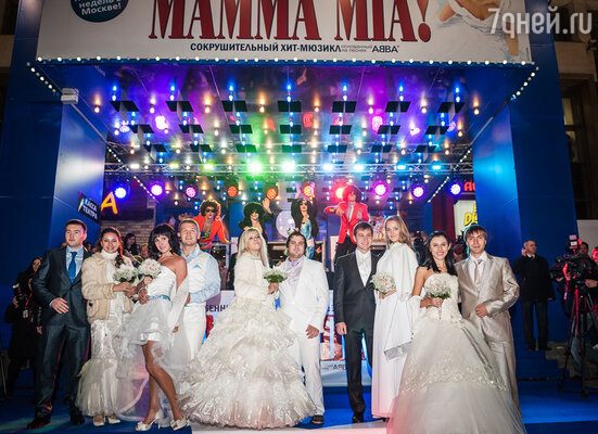 Кульминационным моментом стал выход на танцевальный подиум пар молодоженов в свадебных костюмах — ведь сюжет мюзикла строится именно на подготовке к свадьбе