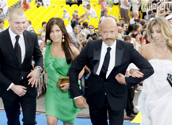 Федор Бондарчук с женой Светланой, сыном Сергеем и невесткой Татой. На фестивале «Кинотавр» вСочи. 2011 г.