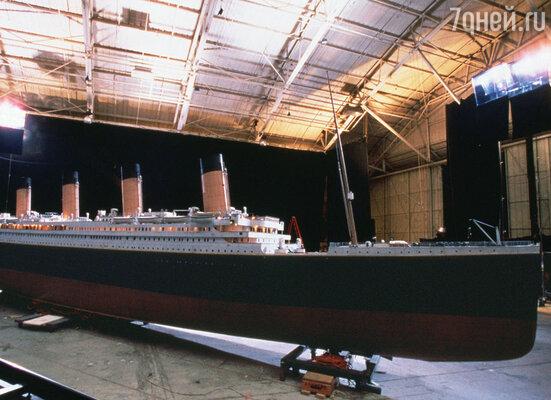 На съемочной площадке (макет «Титаника»)