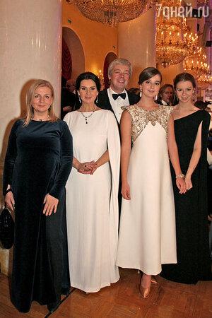 Саша Стриженова (в центре) с мамой Екатериной, папой Александром, сестрой Анастасией и тетей Викторией Андрияновой