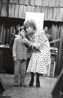 «Как же унизительно было идти к микрофону в дурацком костюмчике с бабочкой, когда на тебя все глазеют…»