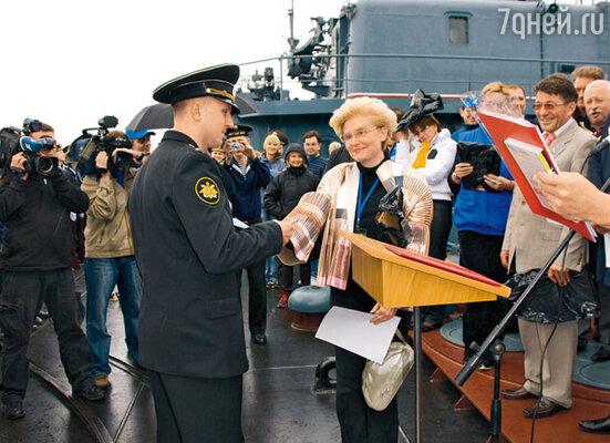 Елена Малышева вручает морякам подарки от Первого канала