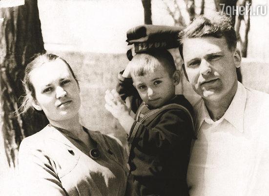 Имя брату выбирала мама. Она решила назвать сына Игорем в честь любимого преподавателя по математике. На фото: Игорь с родителями
