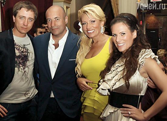 У нас очень сплоченная семья. А Игорь, безусловно, ее глава. (Слева направо: Коля — сын Игоря, Игорь и Алла с дочерью Наташей)