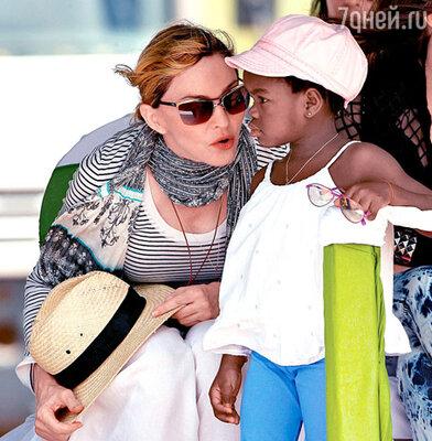 Мадонна с приемной дочерью Мерси Джеймс