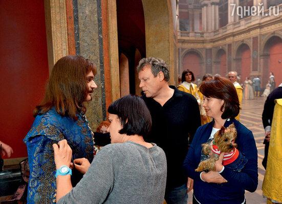 Сергей Жигунов показывает своей жене Вере Новиковой, как актеры готовятся к съемкам очередного эпизода