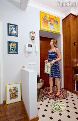 Родители наперебой дарят дочери картины и безделушки, и каждой Маша находит подходящее местечко
