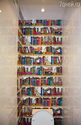 Кафель с изображением книжных полок в туалете — специальный прикол для мамы-писательницы