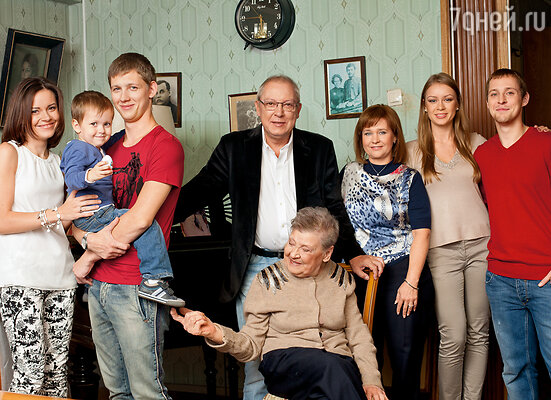 Большая семья Никулиных: я, сын Максим, его жена Мария, мои внуки Юра и Максим, их жены Настя и Татьяна и мой правнук Стас