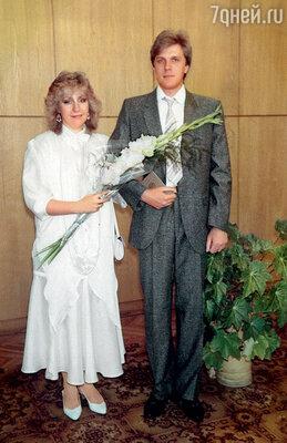 Свадьбу мы сыграли в 87-м. В ГУМе купили мне финский костюм, Марине свадебное платье сшила мама