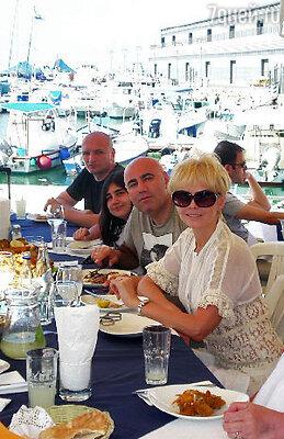 Валерия в окружении семьи