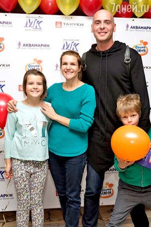 Антон Привольнов с сыном Платоном и Наталья Семенихина с дочкой