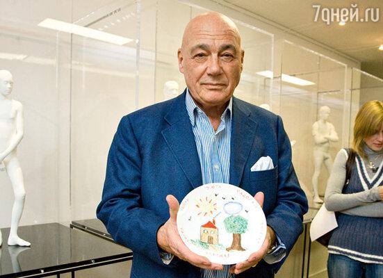 Владимир Познер расписал тарелку в стиле примитивизма
