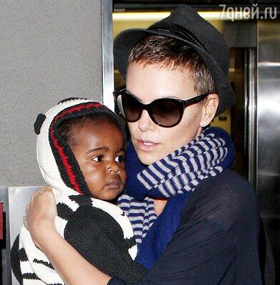 Шарлиз Терон с сыном Джексоном
