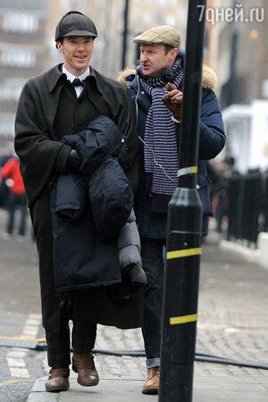 Бенедикт Камбербэтч и Марк Гэтисс на съемках сериала  «Шерлок»