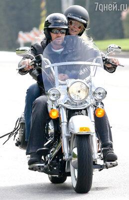 Приехала Хайди в питейное заведение вместе со своим телохранителем и по совместительству бойфрендом Мартином Кирстеном, который привез ее в паб в Брентвуде на мотоцикле