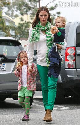 Американская актриса Дженнифер Гарнер в пабе не была, предпочтя провести этот день со своими детьми — четырехлетней Серафиной и годовалым Сэмюэлем
