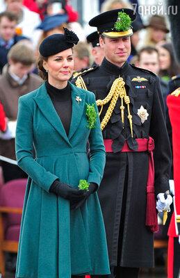Герцогиня Кембриджская Кэтрин — вместе со своим мужем, принцем Уильямом, несмотря на недомогание, связанное с ее «интересным положением», приняла участие в военном параде, посвященном Дню святого Патрика, в Альдершоте