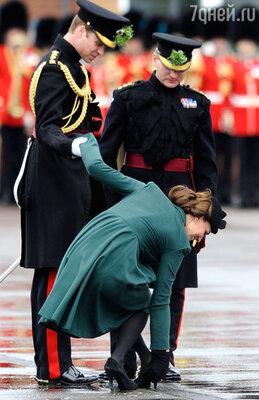 Кейт Миддлтон держала в руках трилистник и не смогла в этот день отказаться от каблуков, которые, правда, сослужили герцогине недобрую службу — она попала ногой в ливневую решетку, и принцу Уильяму пришлось спасать жену!
