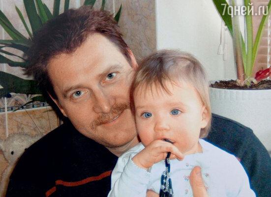 Сонечка со своим папой Игорем Дуговым. 2004 г.