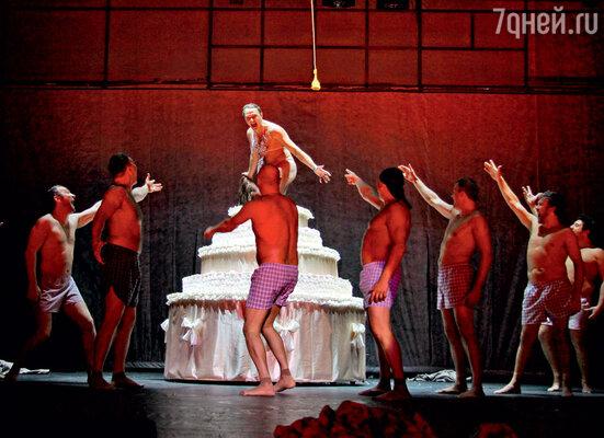 Появление из праздничного торта Марата Башарова под занавес юбилейного спектакля стало сюрпризом для зрителей