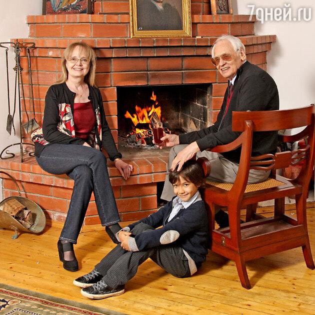 Наталия Белохвостикова и Владимир Наумов с сыном Кириллом