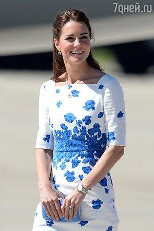 На Кейт было лаконичное белое платье с синим цветочным рисунком и рукавами три четверти от бренда L.K Bennett